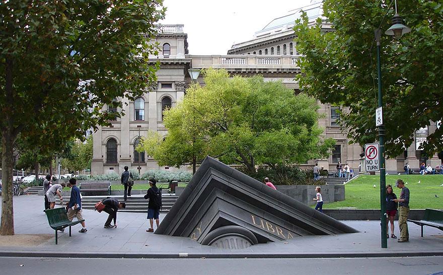 statue belle edificio che affonda