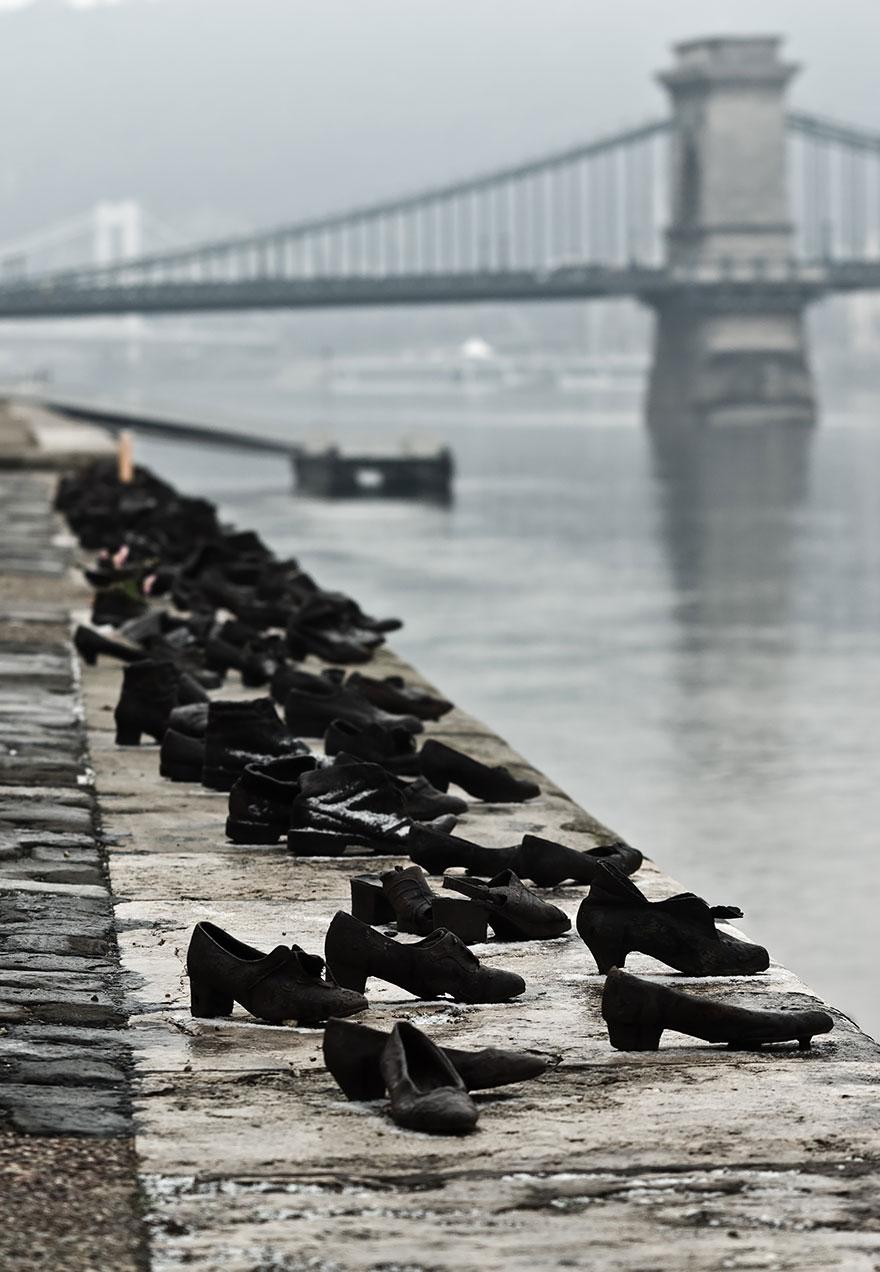 statue belle scarpe sulla riva del danubio