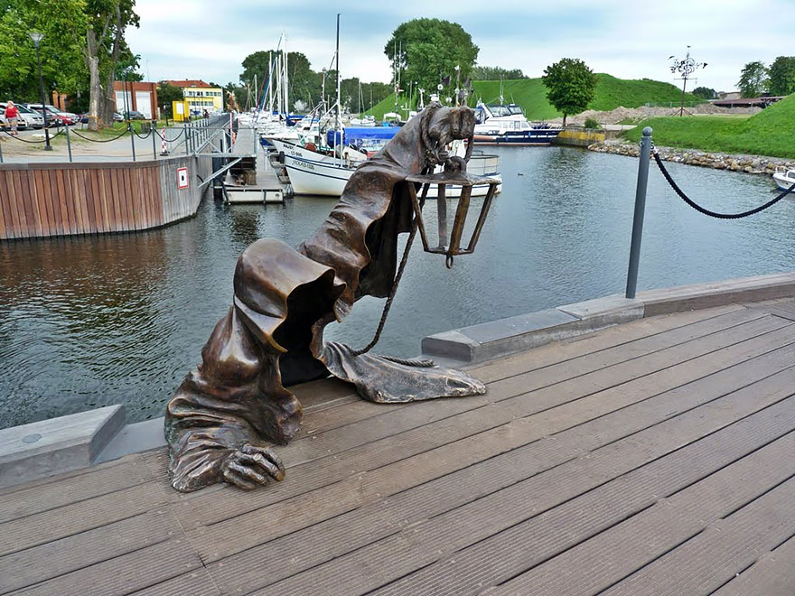 statue belle black ghost lituania