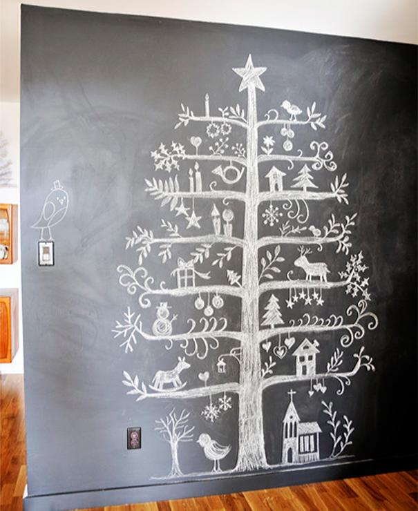 alberi di natale originali disegnato su una lavagna