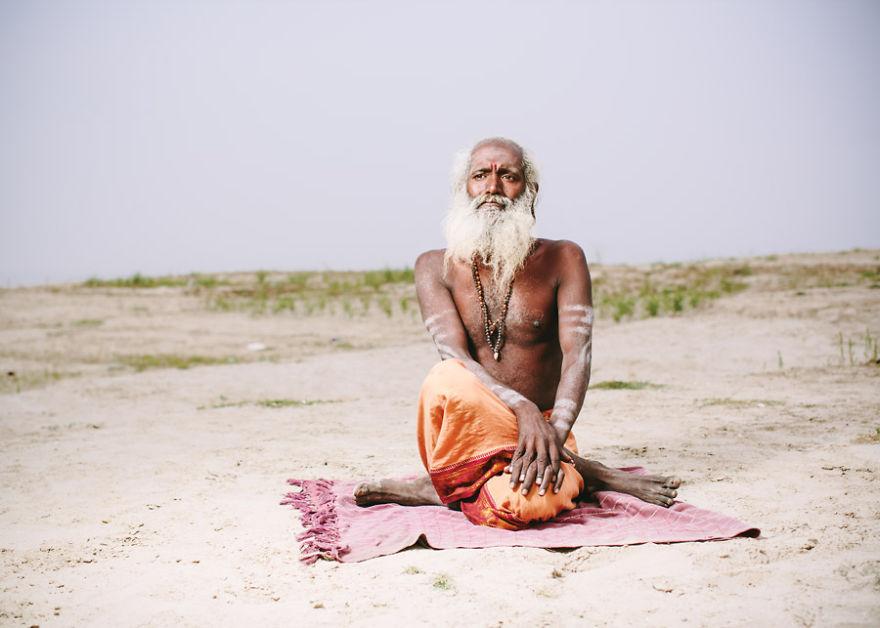 uomini sacri di varanasi Baba Shava Sadhana