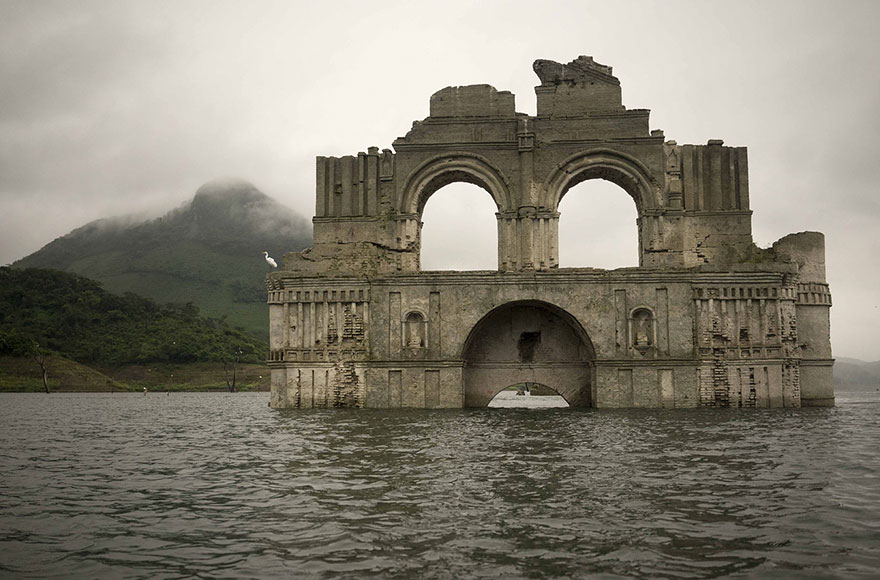 chiesa emerge dalle acque in messico