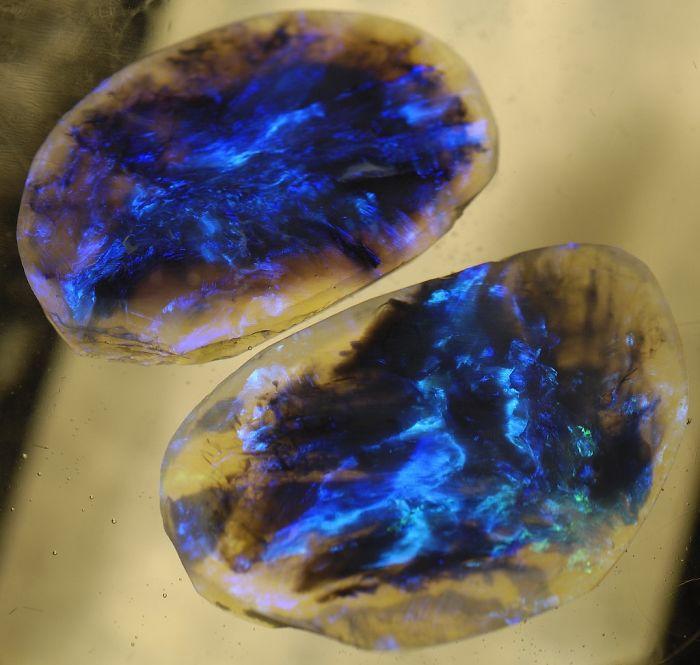 Opale nera luminescente