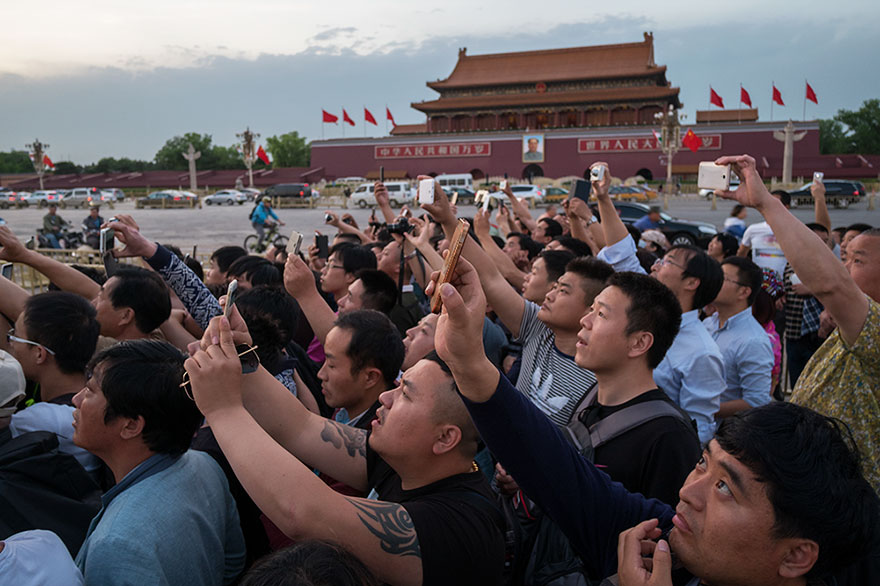 Turisti fotografano Mausoleo di Mao, Cina