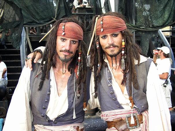 Johnny Depp con la sua controfigura sul set di Pirati dei Caraibi
