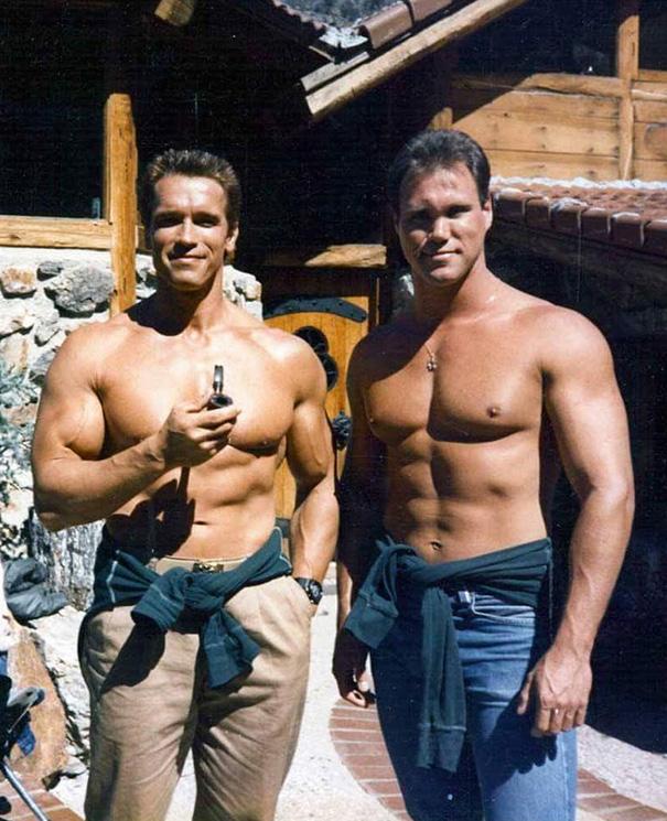 Arnold Schwarzenegger e controfigura sul set di Commando