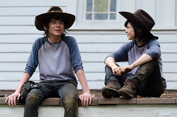 Chandler Riggs e controfigura sul set di The Walking Dead