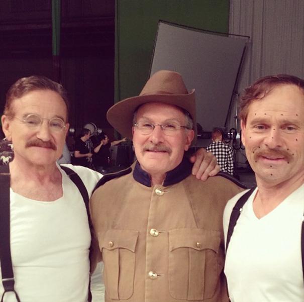 Robin Williams e le controfigure sul set di Una Notte Al Museo 3