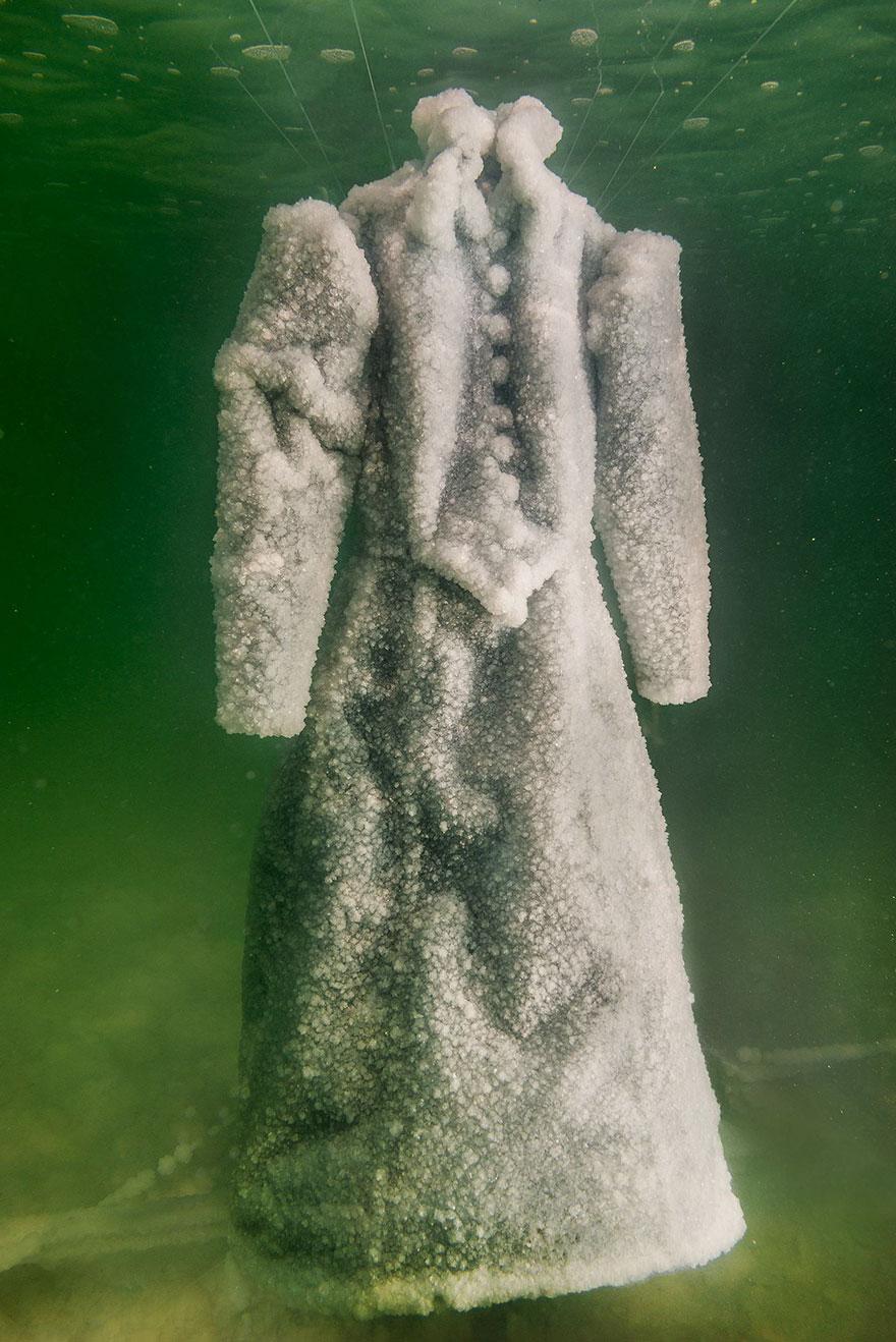 vestito immerso nel mar morto