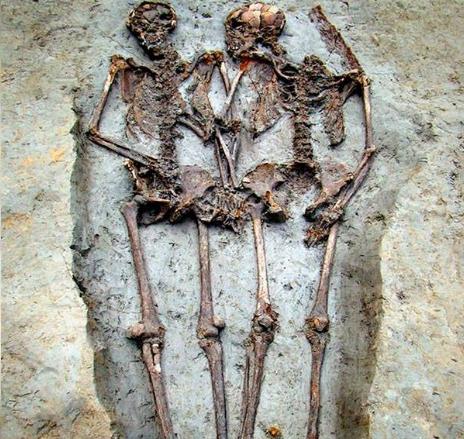 coppia che si tiene per mano da 1500 anni