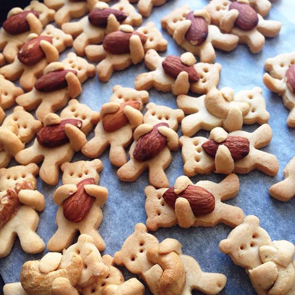 Biscotti a forma di orsetto che abbracciano nocciole
