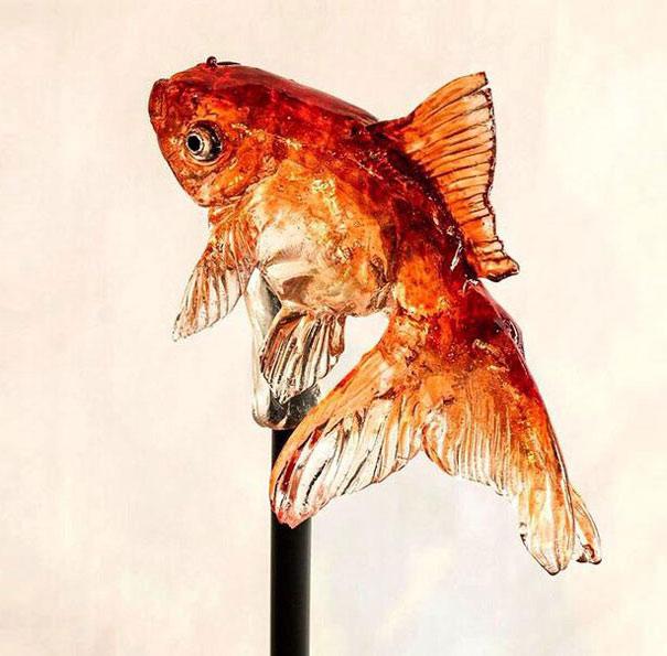 Lecca lecca realistico a forma di pesce rosso