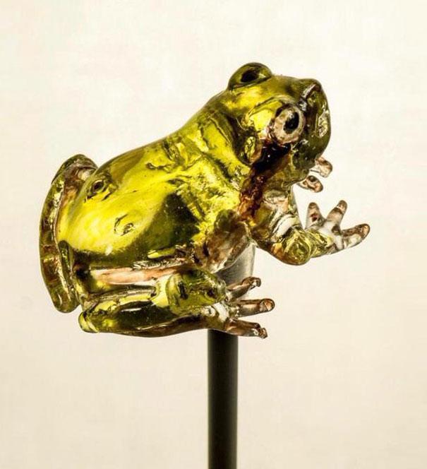 Lecca lecca realistico a forma di rana