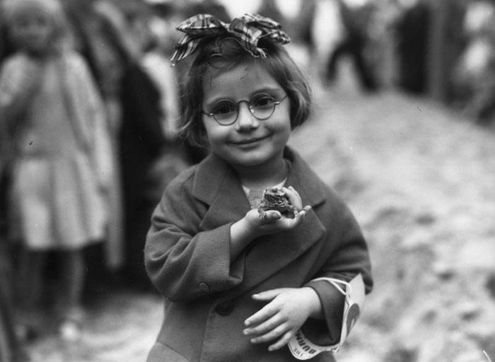 Una bimba con il suo rospo domestico, California, 1936