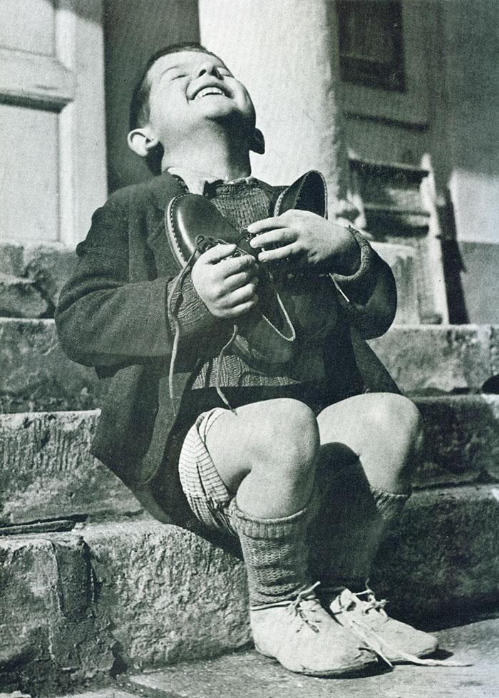 Un bimbo austriaco riceve scarpe nuove durante la Seconda Guerra Mondiale