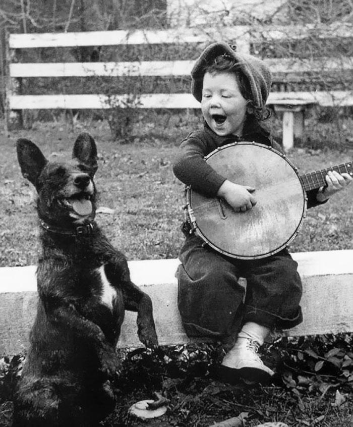 Una bimba suona per il suo cane