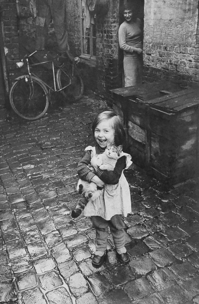 Una bambina felice con il suo gatto (dall'aria meno felice), 1959