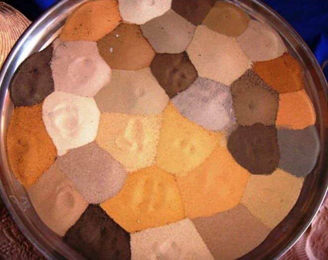 diversi colori di sabbia nel deserto del sahara