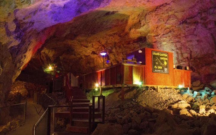 stanza d'albergo in una caverna