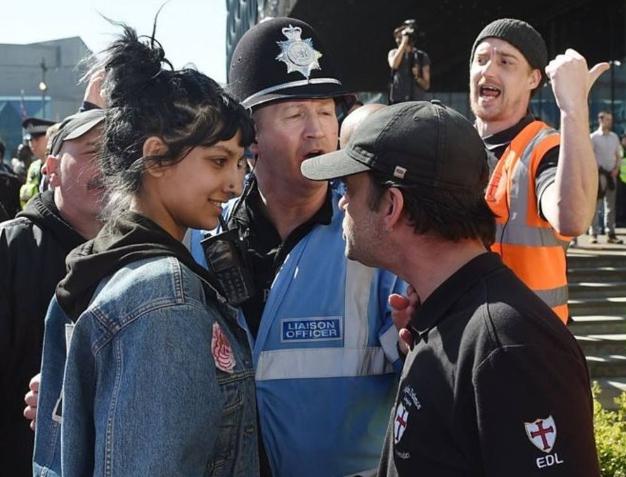 Saffiyah Khan sfida un estremista con un sorriso