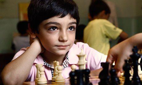 bimbo gioca a scacchi in Armenia