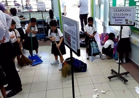 bambini puliscono una scuola giapponese