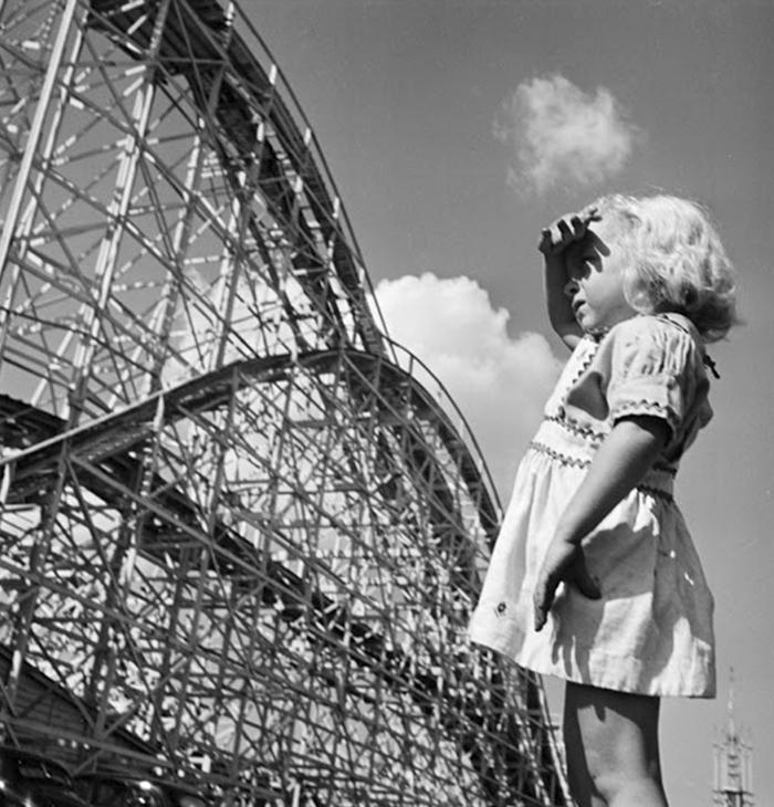 Una bambina al Palisades Amusement Park