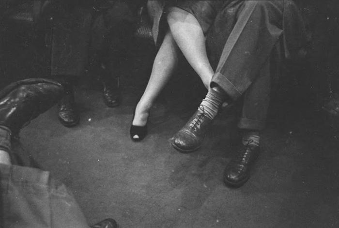 Una coppia che si fa piedino sulla metro