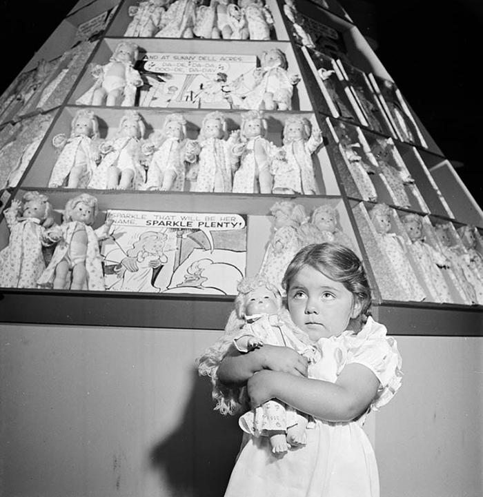 Una bimba con la nuova bambola, 1947