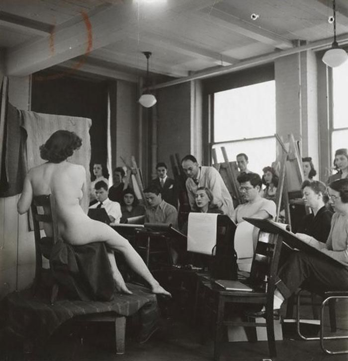 Studenti dipingono un nudo in una classe di arte alla Columbia University, 1948