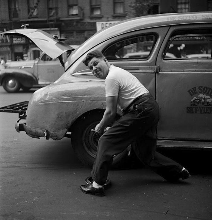 Un meccanico cambia uno pneumatico, 1946