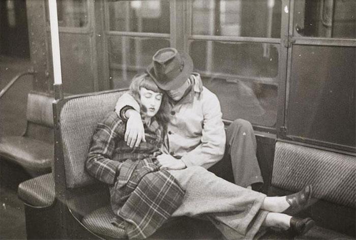Una coppia che dorme sulla metropolitana, 1940