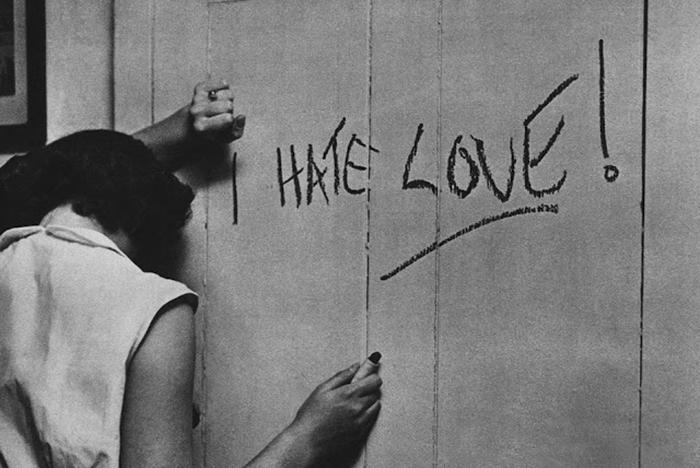 Una ragazza scrive sul muro con il rossetto