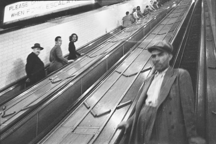 Persone sulle scale mobili della metro di New York, 1940