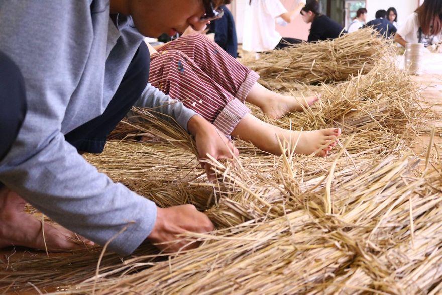 sculture di animali in paglia di riso