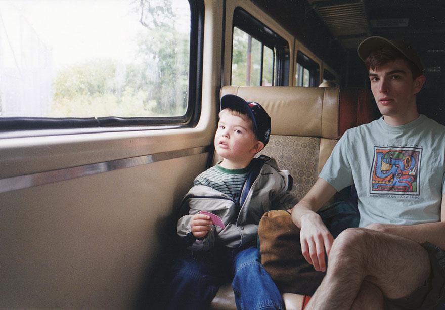 ragazzo si photoshoppa nelle sue foto di infanzia