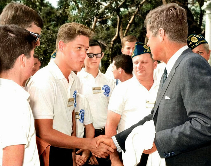 Un giovanissimo Bill Clinton stringe la mano al Presidente J. F. Kennedy