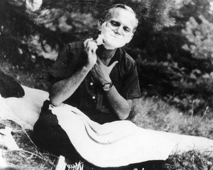 Giovanni Paolo II da giovane mentre si radeva