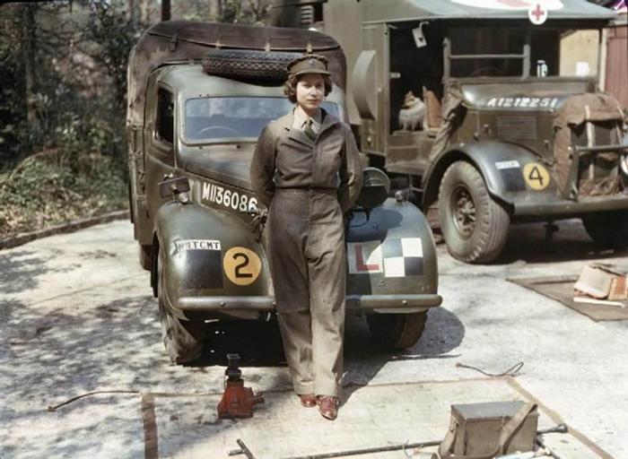 La regina Elisabetta a 18 anni mentre serviva come meccanico durante la Seconda Guerra Mondiale