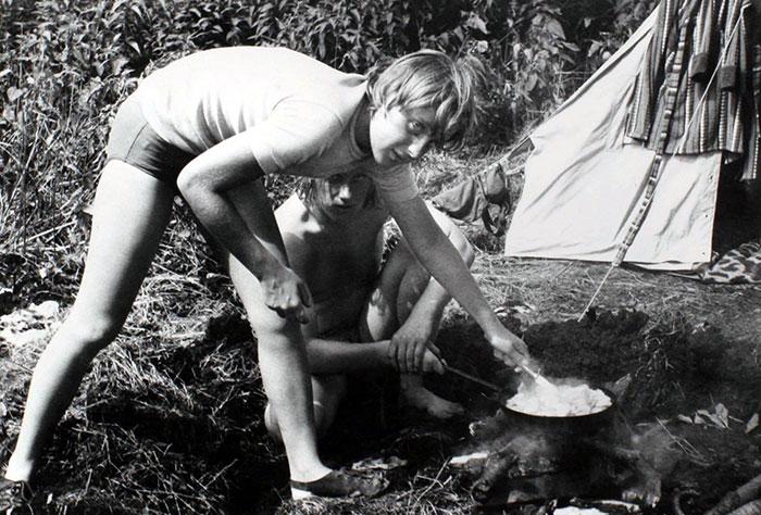 Angela Merkel da ragazza mentre prepara il pranzo al campeggio