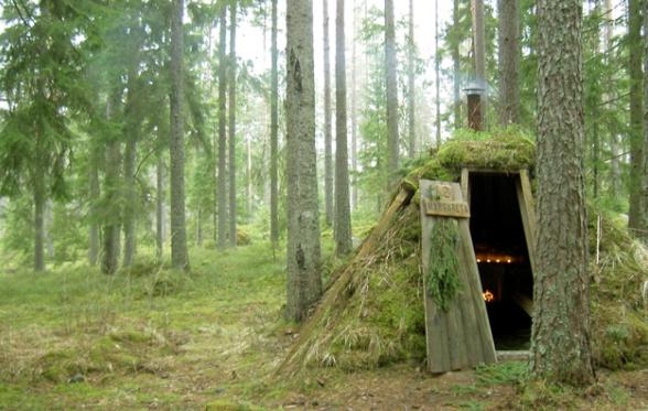 hotel primitivo formato da capanne nel bosco, svezia