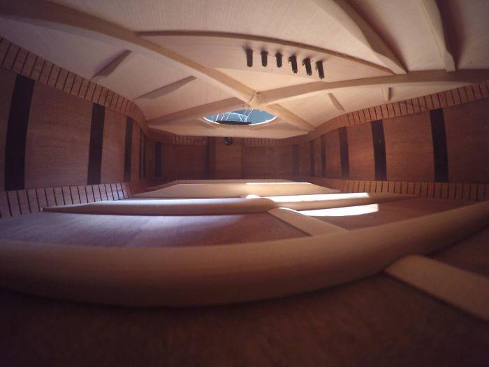 L'interno di una chitarra somiglia a un appartamento vuoto