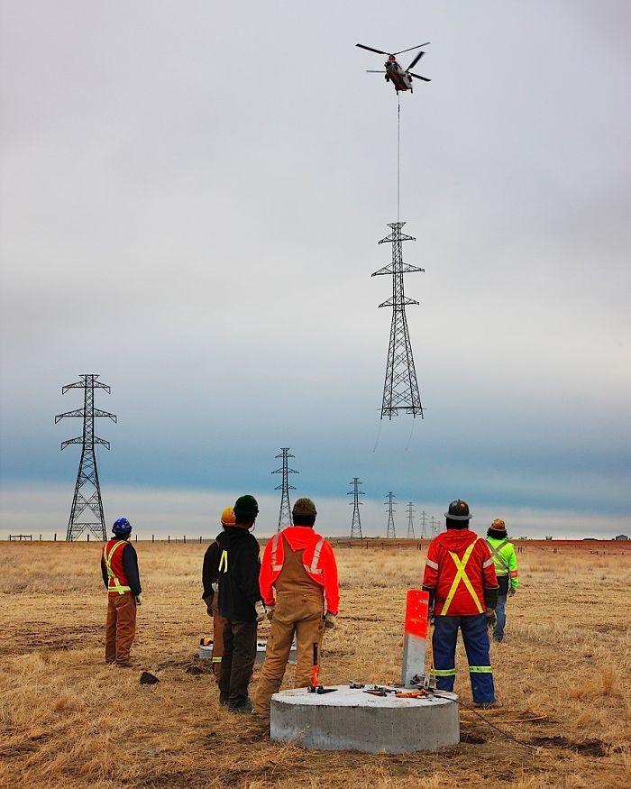 Un palo elettrico che viene installato nel terreno