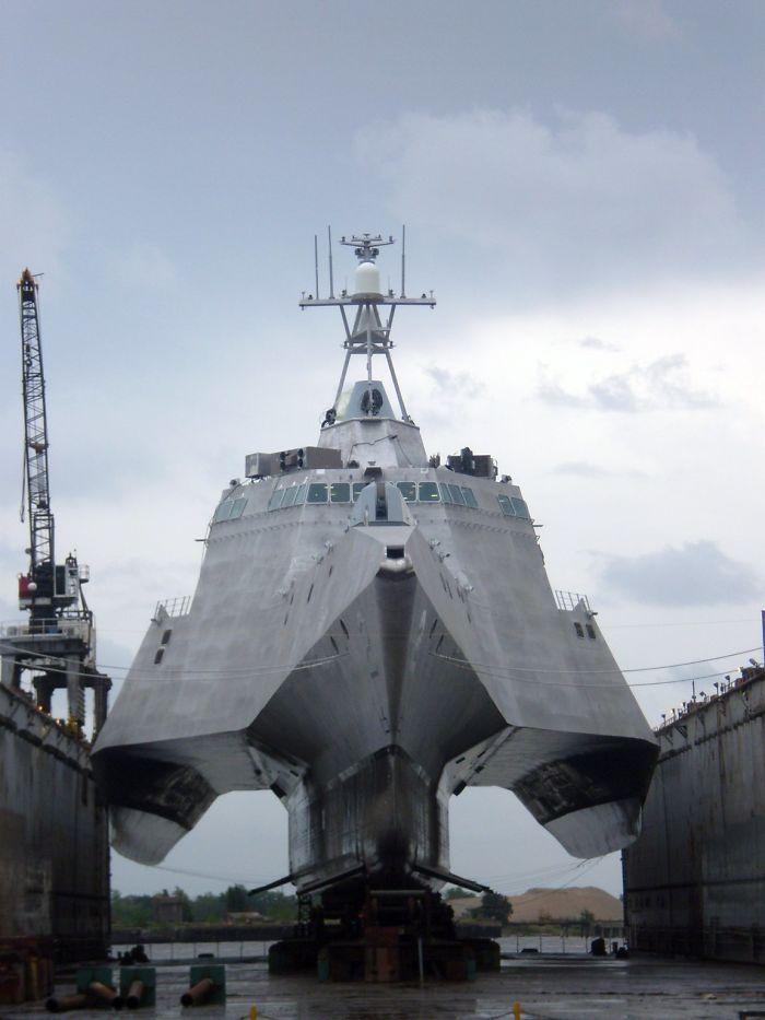 Una nave da guerra fuori dall'acqua