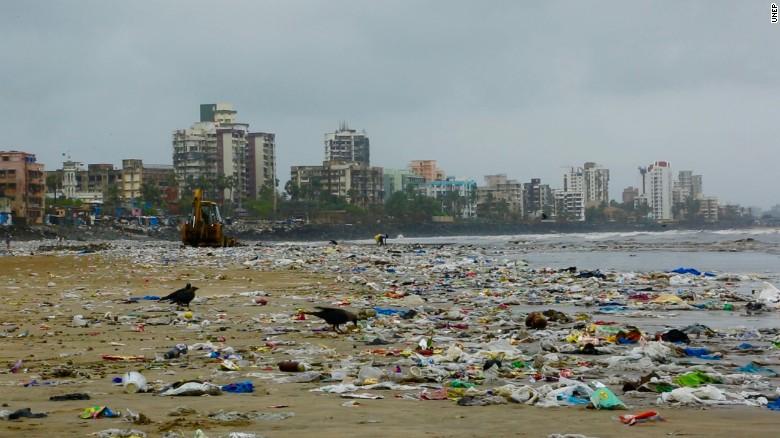 pulizia della spiaggia di Versova