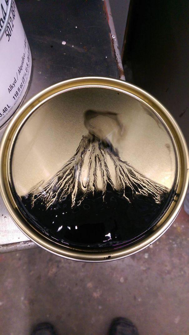 Un vulcano che erutta in un coperchio di vernice