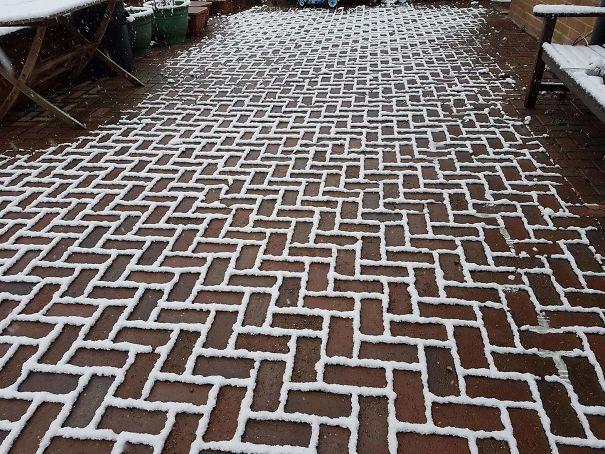 La neve si è depositata solo sui contorni dei mattoni