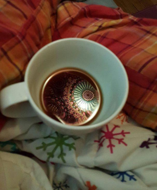 Riflessi della tappezzeria nel caffè