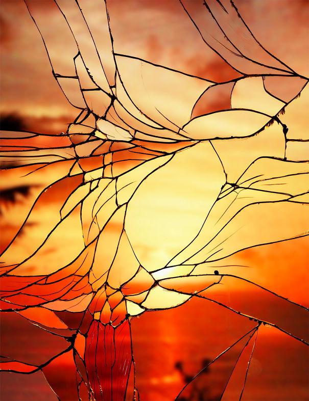 Il tramonto si riflette su uno specchio rotto