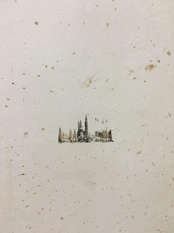 Un oggetto contro un muro che crea l'immagine di una città sotto la neve